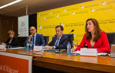 La directora de la cátedra, la doctora Enar Ruiz en un momento de su presentación.