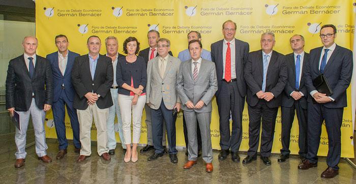 Foto de los socios del Foro Germán Bernácer con miembros del AEAT