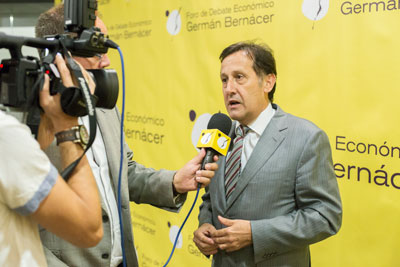 Pedro Algarra respondiendo a la televisión